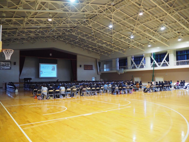 1,2年生約400名、保護者約100名、教員数名向けに講演を実施